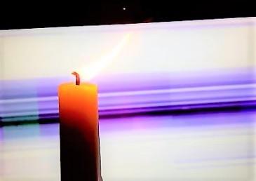 livebild - kerze - vor laptopbildschirm und laptopwebcam